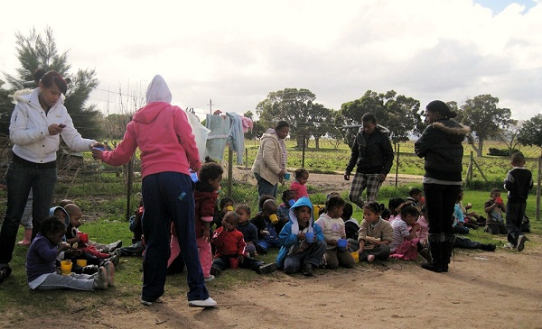 Pre-primary children take their lunchbreak outside