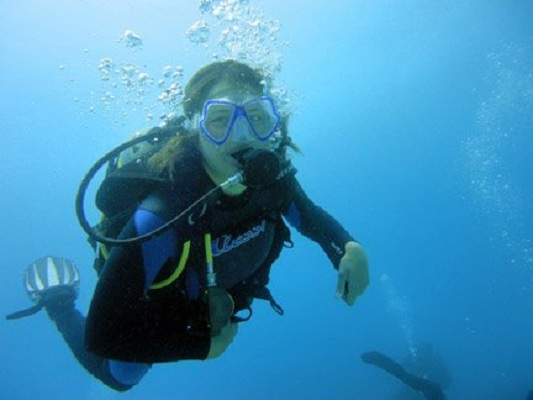 A Work Travel SA volunteer completes her PADI Open Water dive course